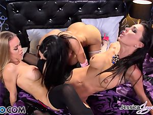 Amy Anderssen in a honeypot climax three with minge munchers Jessica Jaymes and Nicole Aniston