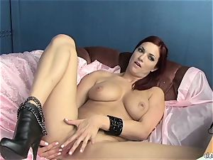 sensual Jayden Cole loves teasing her jiggly raw clit